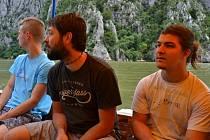 Jan Petrů (zcela vpravo) studuje prestižní gymnázium Open Gate, kde je nadmíru spokojený.  Ilustrační snímek zachycuje společný výlet do rumunského Banátu.