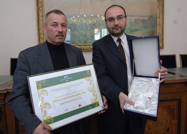 Emil Chochole (vlevo) a Vladimír Duchek ukazují cenu pro VTP