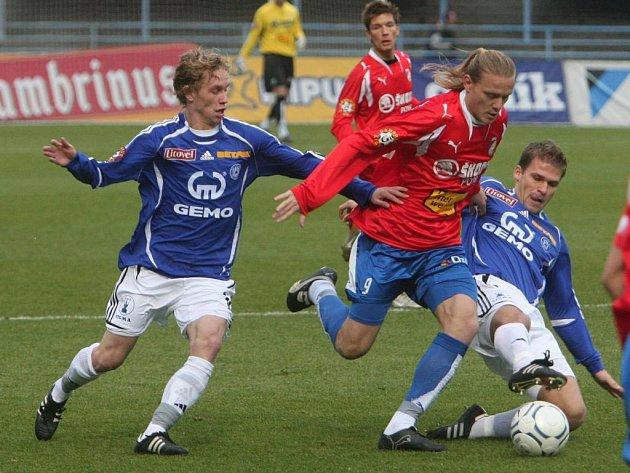 Fotbalisté Viktorie (v červeném) porazili v jedenáctém kole na domácím hřišti Sigmu Olomouc 2:0