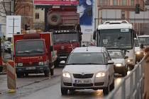 Řidiči tráví čekáním v kolonách i desítky minut denně. Fotografie zachycuje provoz včera (13. listopadu) odpoledne v Přemyslově ulici u stavby Plazy