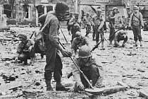 Na cestě k Périers osvobodili Spojenci městečko Lessay. Ženisté odstraňují miny z ulic