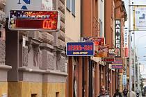 Velké množství automatů v centru města Plzeňanům vadí