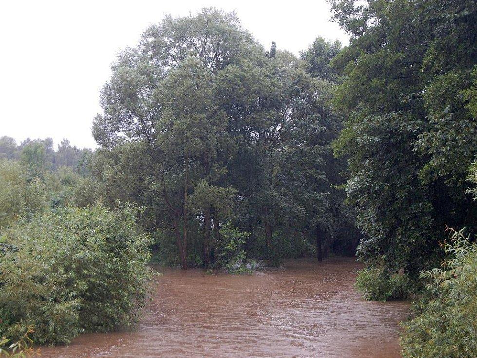 Déšť rozvodnil Úhlavu. Nejhorší situace byla na řece Úhlavě. V Tajanově u Klatov byl dokonce v sobotu ráno vyhlášen třetí povodňový stupeň, tedy stav ohrožení.
