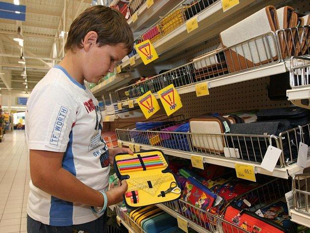 Patrik Heřman, který půjde do čtvrté třídy, si v Hypernově v plzeňském obchodním centru Olympia vybírá penál
