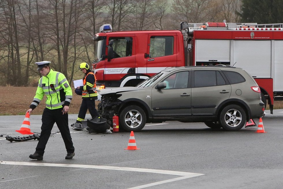 Nehoda dvou osobních aut na obchvatu Třemošné