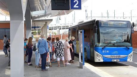 Společnost Arriva provozuje linkovou dopravu autobusy v barvách kraje.