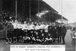 Společné foto týmů po utkání Uhry – Čechy (1:1) před 115 lety v Budapešti.