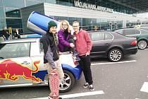 Vojta Müller, Marie Magdaléna Tripalová a David Lázňovský (zleva) odletěli včera v poledne do Barcelony, odkud se vydají na dobrodružnou cestu do Paříže.