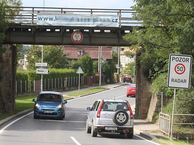 Nelegální reklamní poutač na viaduktu v Dobřanech.