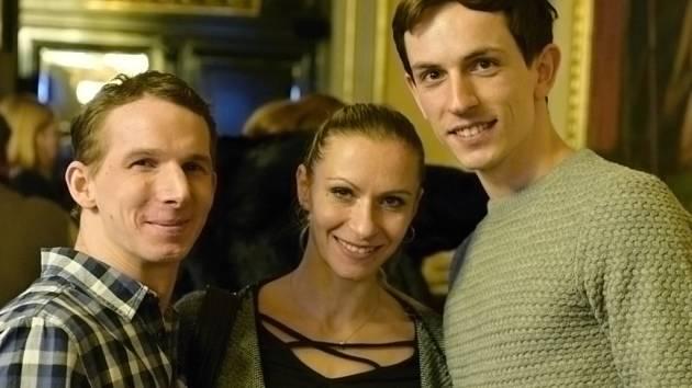 Tři nominovaní za své výkony na prknech DJKT krátce po oficiálním vyhlášení nominací v únoru v Národním divadle v Praze. Na levém snímku je zleva Richard Ševčík, Ivona Jeličová (dlouholetá sólistka DJKT, nyní nominovaná za ND Brno) a Adam Zvonař