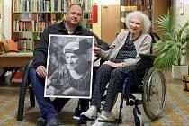 David Švarc jako dobrovolník fotil klienty plzeňské Domovinky. Na snímku je s Danuší Volínovou, kterou zachytil v dobovém oblečení laděném do 30. let minulého století