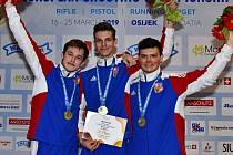Zlaté družstvo českých juniorských reprezentantů z halového mistrovství Evropy ve sportovní střelbě. Pavel Schejbal (uprostřed) s Kryštofem Krskem a Janem Vildomecem.