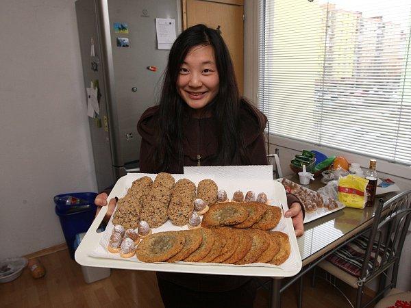 AMERICKÉ IČESKÉ CUKROVÍ. Maria Nam  připravuje na Vánoce vosí hnízda icookies. Na svátečním stole ale nechybí ani tradiční jihokorejské sladké bramborové nudle  neboli japchae.