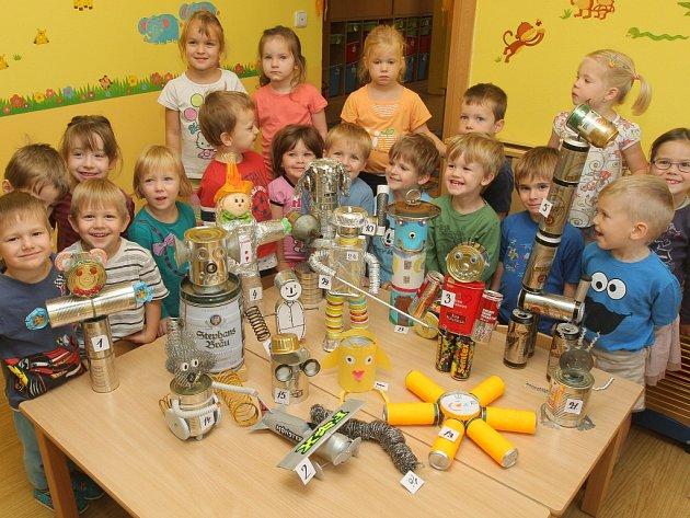 Děti ze 44. mateřské školy v Plzni s pomocí rodičů vyráběly nejen z plechovek to, co je napadlo