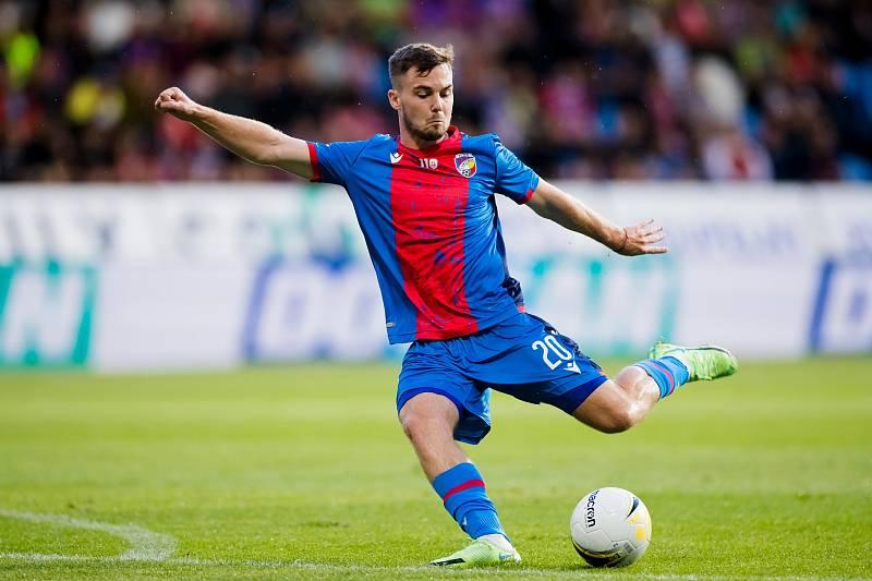 Pavel Bucha střílí v ligovém utkání proti Slovácku.