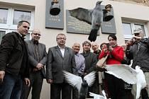 Dvě bronzové busty československých parašutistů Jozefa Gabčíka a Jana Kubiše zdobí dům v plzeňské ulici Pod Záhorskem 1