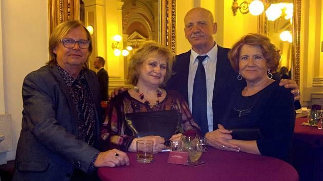 S Věrou Čáslavskou se Vladimír Jarýs manželkou Zdenou (vpravo) setkávali na plese olympioniků.