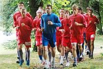 Fotbalisté juniorky FC Viktorie Plzeň při tréninku ve Štruncových sadech s trenérem Karlem Krejčím.