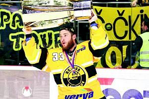 Pavel Francouz prožívá nejšťastnější okamžik kariéry. Nad hlavou drží pohár pro vítěze hokejové extraligy.