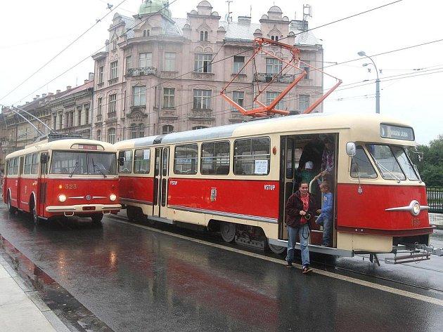 Plzní se v sobotu proháněly historické vozy MHD.