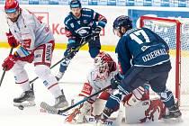 Pavel Musil  kontroluje situaci, zatímco Martin Dzierkals doráží na třineckého gólmana Ondřeje Kacetla.