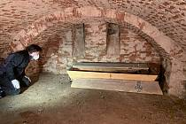 Archeolog Martin Čechura při zkoumání rakve.
