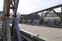 Most přes Bradavu půjde k zemi, řidiči zatím využijí provizorní stavbu.