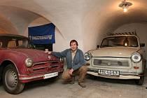 Jednoho z prvních trabantů, vyrobeného ve Zwickau v roce 1957 (vlevo), a jeho mladšího brášku nám předvedl Pavel Křovák z plzeňského Trabantklubu