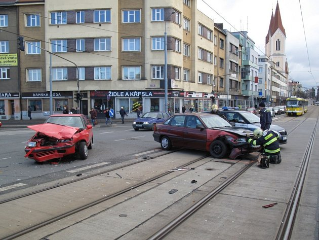 Nehoda dvou automobilů v křižovatce Na Belánce
