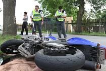 Motorkář z nehody, při které narazil do nákladního auta, vyvázl naštěstí jen s odřeninami