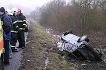 Při pondělní nehodě byla zraněna spolujezdkyně, která byla následně odvezena do Fakultní nemocnice na Lochotíně