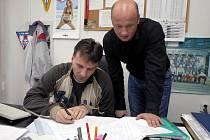 Novým sportovním manažerem Viktorie Plzeň se včera stal sokolovský Adolf Šádek (vpravo). Na snímku hovoří s šéftrenérem  dorostu Viktorie Karlem Krejčím