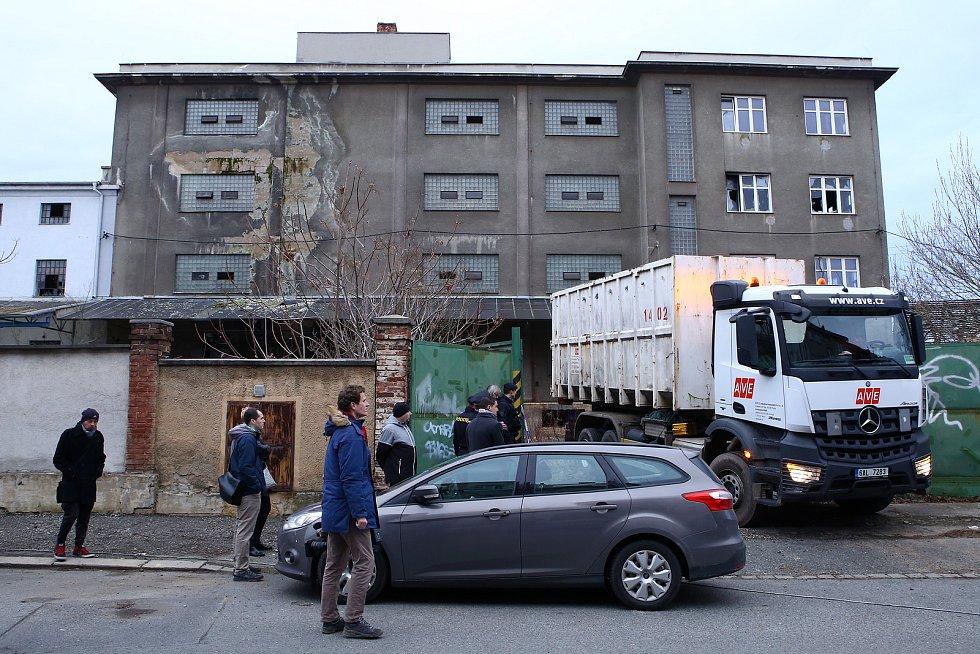 Budovu bývalého skladu potravin obývalo dříve asi dvacet bezdomovců a narkomanů. Město Plzeň se kvůli opakovaným stížnostem dohodlo se spolumajiteli polorozpadlého objektu na jeho vyklizení. To proběhlo v únoru 2020.