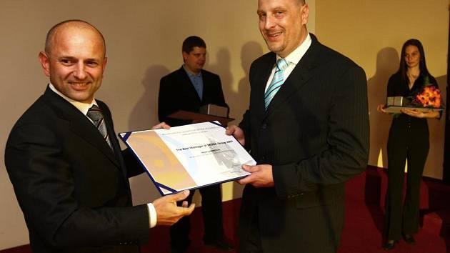 Nejlepšímu manažerovi Marku Herbstovi (vpravo) gratuloval i generální ředitel Škody Holding Jiří Zapletal(vlevo)