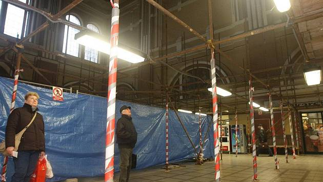 V hale hlavního vlakového nádraží vyrostlo lešení, budou se totiž dělat nové omítky