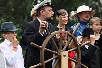 PRIVILEGOVANÍ PASAŽÉŘI. Vodní skauti, kteří představovaly lidi z 1. paluby pózují v dobových  kostýmech.