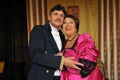PAVEL A JINDŘIŠKA KIKINČUKOVI jako Chlestakov a hejtmanka ve hře N. V. Gogola Revizor na scéně plzeňského komediálního Divadla Pluto.