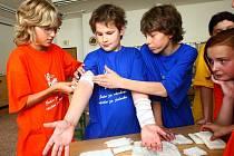 SPOLUPRÁCE. Poskytují první pomoc, na splnění úkolu se podílejí všichni. Učitelé  34. základní školy připravili pro žáky čtvrtých až devátých tříd akci v rámci boje proti šikaně.
