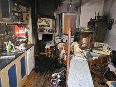 Požár zdemoloval vybavení podkrovního bytu v Plzni.