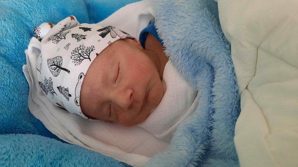Adámek Šibil z Brůdku s příchodem na svět spěchal a narodil se v klatovské porodnici 15. února v 7:26 hodin (2300 g, 46 cm). Rodiče Květa a Petr znali pohlaví svého prvního miminka dopředu.