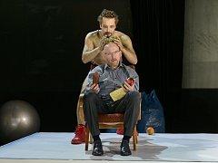 Petr Konáš a Jan Holík (sedící) při zkouškách Živého obrazu, který má v sobotu večer premiéru na Malé scéně.