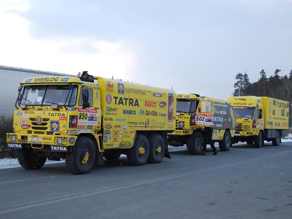 Karel Loprais, který se Rallye Dakar zúčastnil devatenáctkrát, v úterý s dalšími členy týmu dorazil do Rybnice na severu Plzeňska. Závodní speciál i doprovodné vozy tu prošly technickou kontrolou, aby se ukázalo, jak moc se na nich extrémní závod podepsal