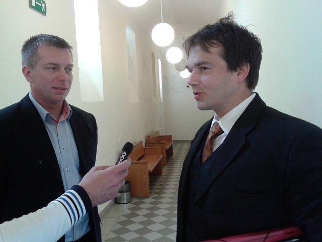 Petr Rund (vlevo) se svým obhájcem