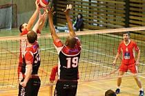 Pět bodů získali z domácího dvojutkání s mužstvem Jablonce volejbalisté USK Slavie Plzeň (za sítí).