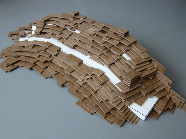 Původně měl ubudovy umělecké fakulty stát amfiteátr zbetonových panelů, jehož autorem byl sochař Benedikt Tolar (návrh na snímku)