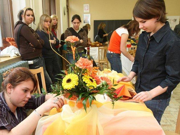 Jedním z úkolů aranžérek při soutěži bylo slavnostně připravit slavnostní stolování pomocí květin