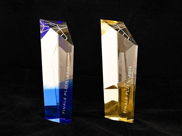 Trofeje Zlatého ledňáčka vbarvách festivalu navržené designéry Adélou Přibáňovou a Vítem Zavadilem si zfestivalu Finále Plzeň odvezli tvůrci filmu Rodinný film za nejlepší celovečerní film a Vpaprscích slunce za nejlepší dokument.