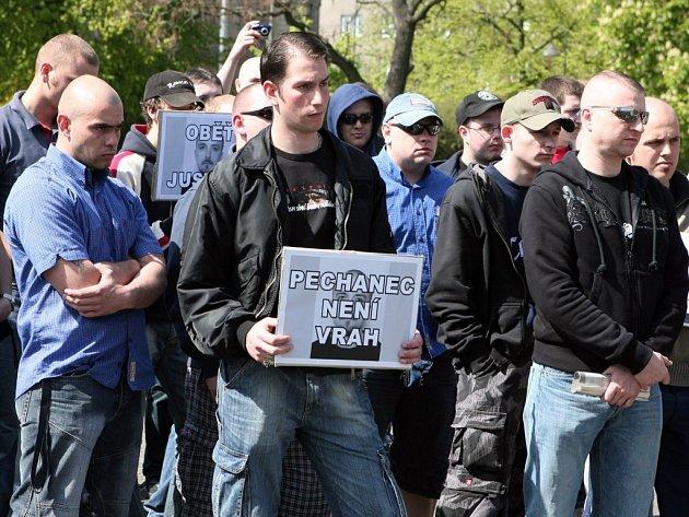Účastníci sobotní demonstrace na náměstí Míru vyjádřili svoji podporu Vlastimilu Pechancovi, odsouzenému za rasově motivovanou vraždu