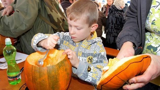 Velká party svátku Halloween proběhla ve čtvrtek na parkovišti u nákupního centra Area Bory