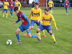 PLZEŇSKÝ KŘÍDELNÍK Tomáš Arzberger (vlevo) si kryje míč před dotírajícími teplickými obránci.